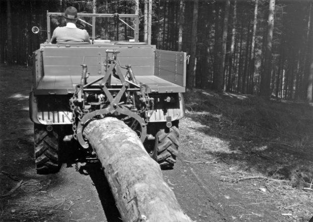 Unimog Baureihe 411 Rücken von Stammholz mit Hilfe eine Rückezange am Heckkraftheber