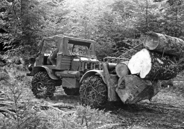 Unimog Baureihe 411 mit Glogger Forstausrüstung beim Rücken von Stammholz