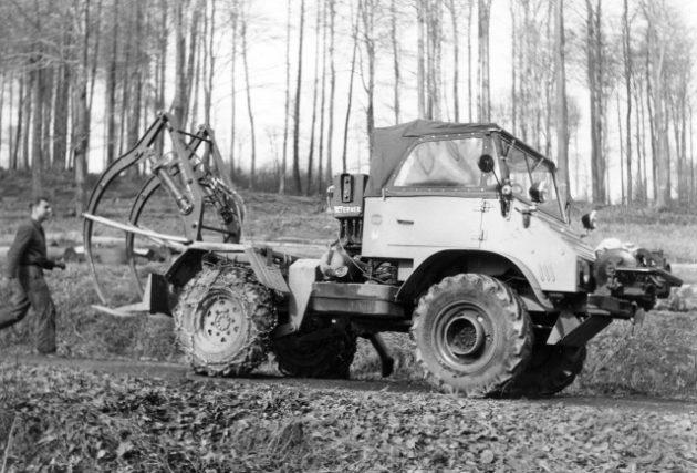 Unimog Baureihe 411 mit Werner Forstausrüstung, Frontseilwinde und Holzzange