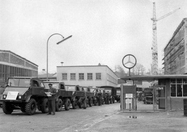Unimog U30, Baureihe 411 (im Vordergrund) und Unimog S der Baureihe 404.1 verlassen das Werksgelände in Gaggenau