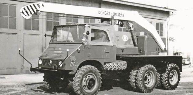 Der Unimog 411 mit einem Autokran