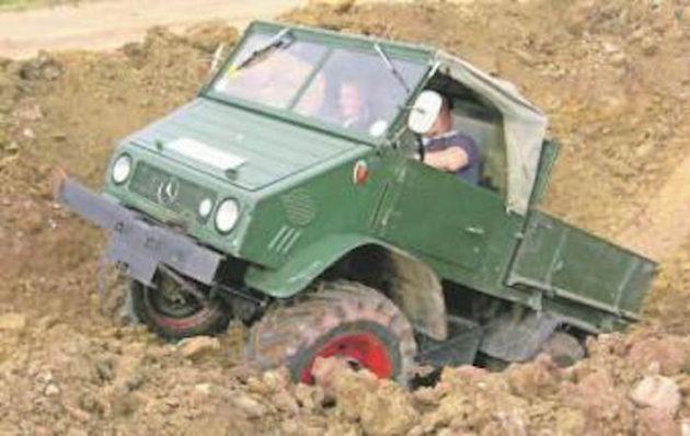 In einem Steinbruch bei Dornstetten stellt der Fahrer dieses Unimog 411 die hohe Geländetauglichkeit unter Beweis