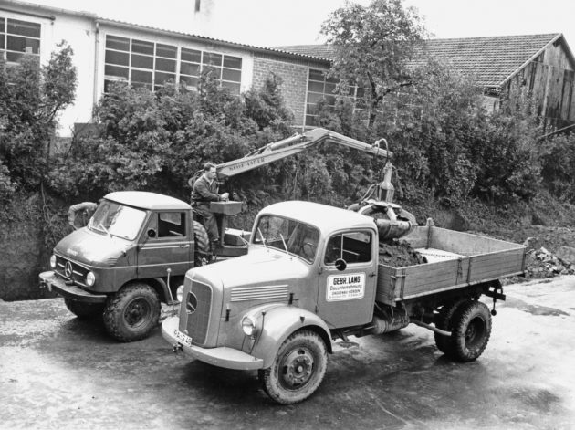 Unimog Baureihe 411 mit Klaus Aufbaulader beim Beladen einen LAK 321 Kippers