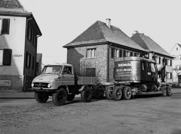 Unimog Baureihe 411 beim Baumaschinentransport mittels Tieflader