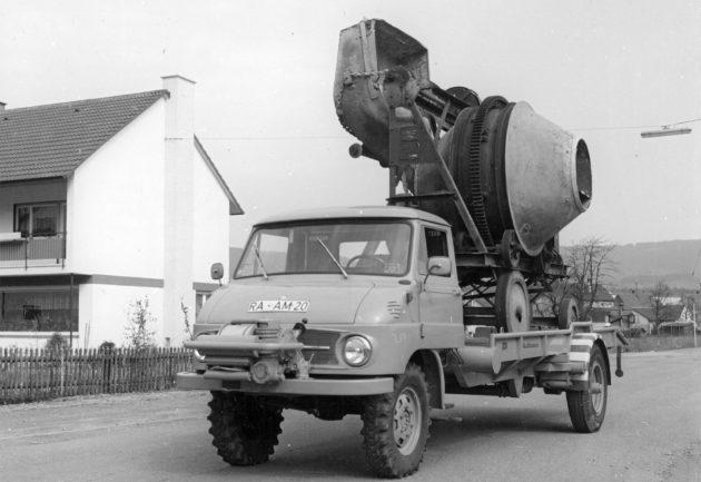 Baureihe 411, Triebkopfversion mit Ruthmann Schräghubwagenaufbau beim Transport einer Betonmischmaschine