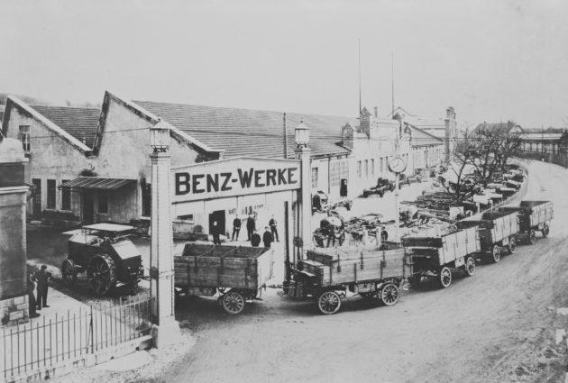 Benz-Landtraktor mit Anhängerwagen fährt ins Benz-Werk Gaggenau, 1920.