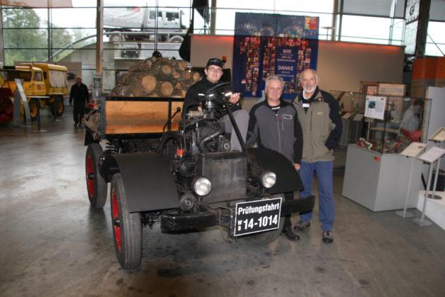 Tobias und Peter Winkler sowie Carl-Heinz Vogler mit dem Nachbau des Prototypen U 1