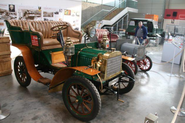 Von 1902 stammt dieser wunderschöne Bergmann-Wagen - dahinter der Liliput