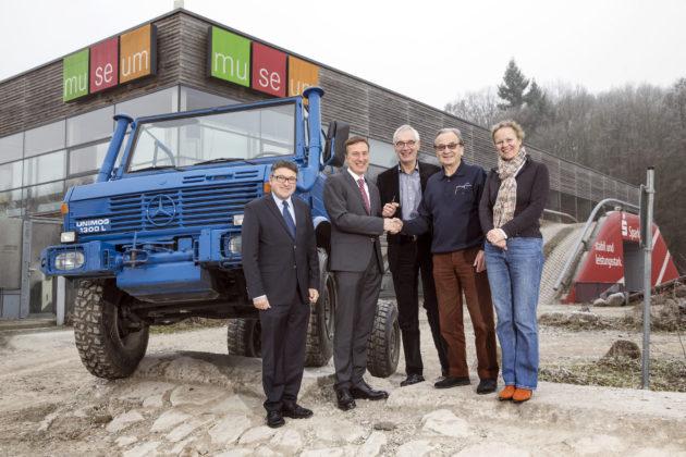 Im Beisein von Achim Vogt, Leiter Produktentwicklung Custom Tailored Projects Mercedes-Benz Special Trucks (1. von links), Hans-Jürgen Wischhof, Kuratorium Unimog-Museum e.V. (4. von links) und Hildegard Knoop, Geschäftsführerin Unimog-Museum BetriebsGmbH (5. von links), übergibt Prof. Dr. Frank Lehmann, Leiter Mercedes-Benz Werk Aksaray (2. von links), anlässlich des 70-jährigen Bestehens des Unimogs einen Unimog U 1300 L mit offenem Fahrerhaus an den Vorsitzenden des Unimog-Museum e.V., Stefan Schwaab (3. von links). Der vormals zum Abschleppen von nicht lauffähigen Fahrzeugen im Mercedes-Benz Werk Aksaray in der Türkei eingesetzte Unimog ist der einzig verbliebene von zwei in Gaggenau gefertigten Prototypen dieser Baureihe. Insgesamt gingen rund 50 Fahrzeuge dieses Typs in Serie. Der von Mercedes-Benz Lkw gespendete Unimog stellt damit eine historisch wertvolle Ergänzung für die Sammlung des Unimog-Museums dar.