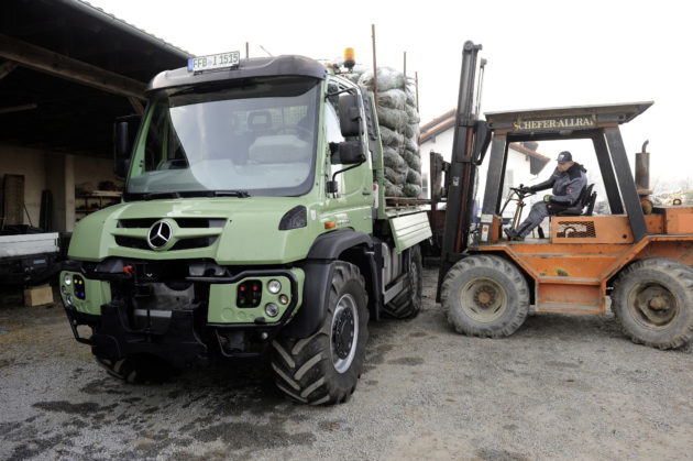 Beladung des Unimog U 430 samt Anhänger am Standort Windorf bei Passau. ; Loading up the Unimog U 430 and its trailer at the company's base in Windorf, near Passau.;