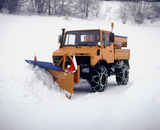 Unimog U1200, Baureihe 424 mit Silostreugerät und Schneepflug im Winterdienst
