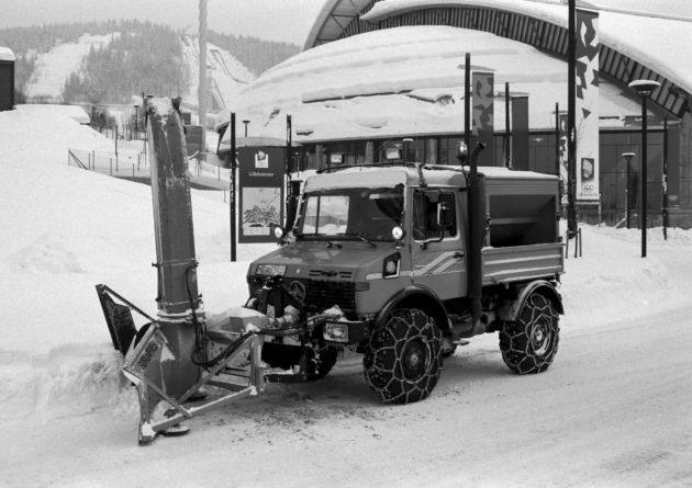 Unimog Baureihe 427 mit Schneefräse mit Pflugzuführung und Silostreugerät im Winterdienst