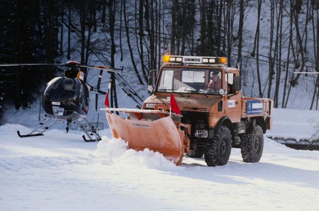 Unimog Baureihe 427 mit Schilcher Schneepflug und Behälterstreugerät im Winterdienst