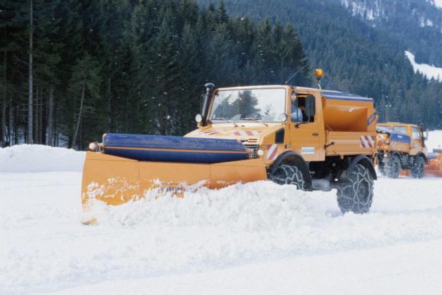 Unimog U1400, Baureihe 427 mit Schmidt Schneepflug und Silostreugerät im Winterdienst