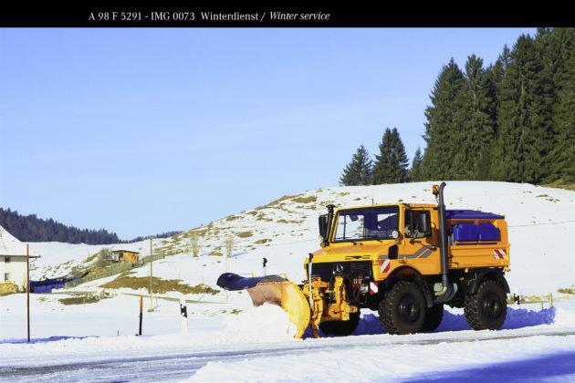 Unimog U1600, Baureihe 427 mit Schneepflug und Feuchtsalzsilostreugerät im Winterdienst