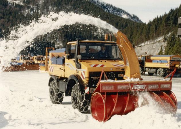 Unimog U1600, Baureihe 427 mit Schmidt Schneefräse und Feuchtsalzsilostreugerät im Winterdienst