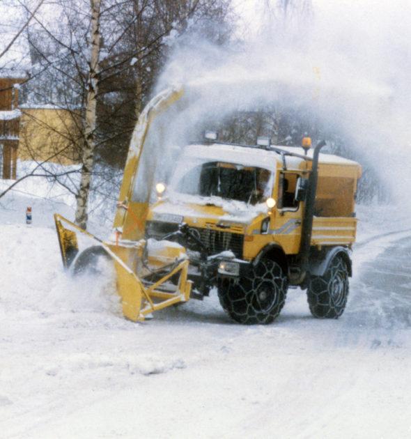 Unimog U1600, Baureihe 427 mit Schneeschleuder mit Pflugzuführung und Silostreugerät im Winterdienst