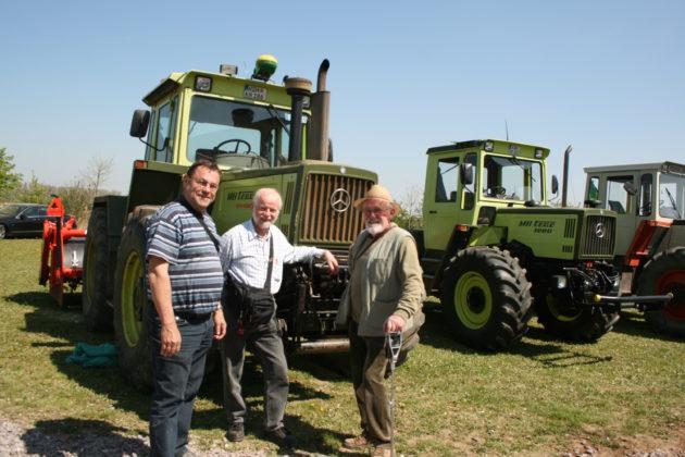 Die Spezialisten Roland Kaufmann, Karl Detlefsen und Gustav Krettenauer 2010 bei einem Treffen in Landau vor einem MB-trac 1800 intercooler; rechts daneben ein MB-trac 1000, das letzte in Gaggenau gebaute Modell. - Foto: Wessel